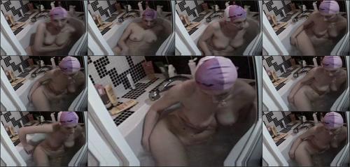 скрытая в ванной