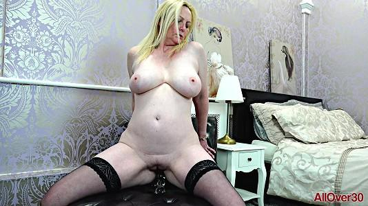 allover30-18-10-17-suzie-stone-ladies-with-toys.jpg