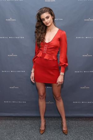 Taylor Marie Hill - Daniel Wellington Rockefeller Center store in NYC 10/17/18 n6rtck5dwx.jpg