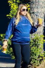 Hilary Duff - Out & about in Los Angeles - 10.18.2018 85850005_001