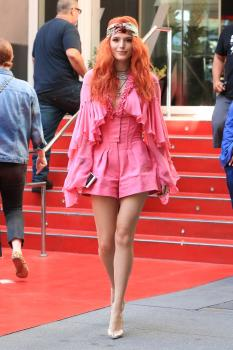 Bella-Thorne-leaving-the-W-Hotel-in-West-Hollywood-10%2F1%2F18-h6rkduphex.jpg