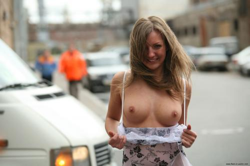 bikini-girls-flashing-at-public-events